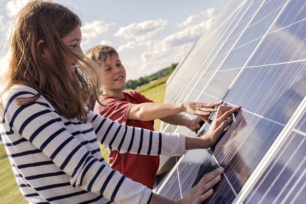 enfants et panneaux solaires